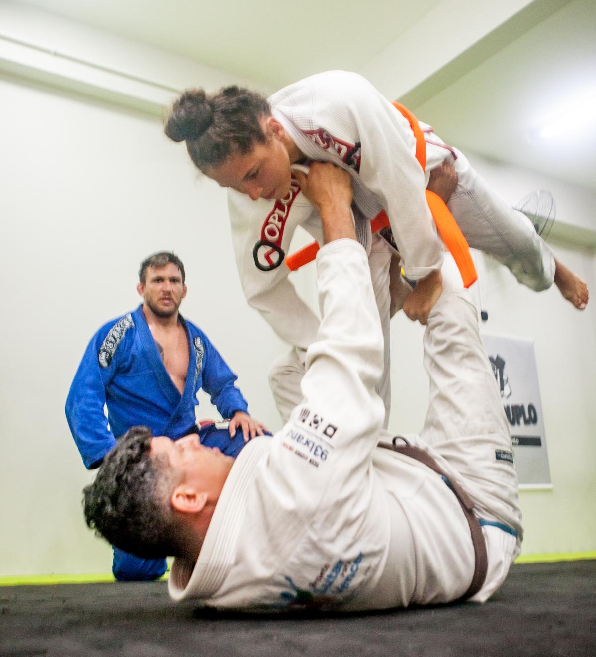 Daniele em treino com Jacson Botelho, sob o olhar de Nazareno Malegarie - Flávio Tin/ND