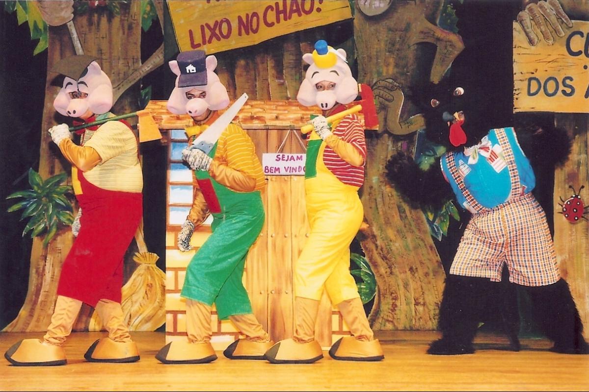 """""""Os Três Porquinhos e o Lobo Mau"""", espetáculo que o grupo apresenta há exatos 40 anos. A encenação foi totalmente revitalizada em 2011 - Divulgação"""