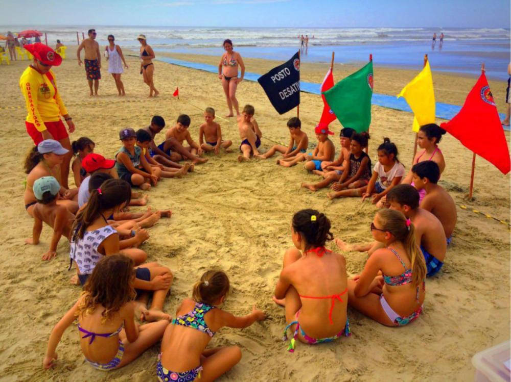 Com atividade lúdica, bombeiros ensinam as crianças a se proteger do perigo do mar - Divulgação/ND