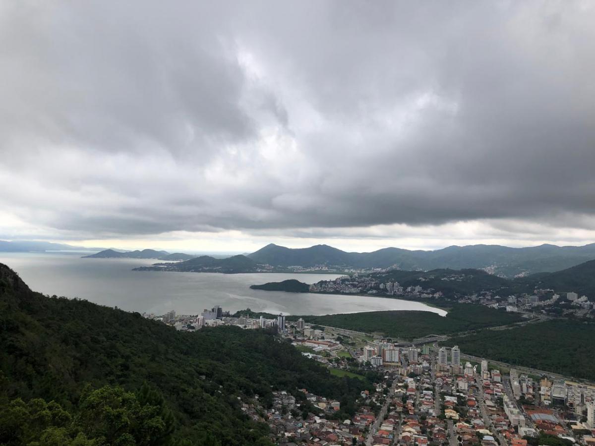 Céu escureceu em Florianópolis no final da tarde desta quinta-feira - Flávio Tin/ND