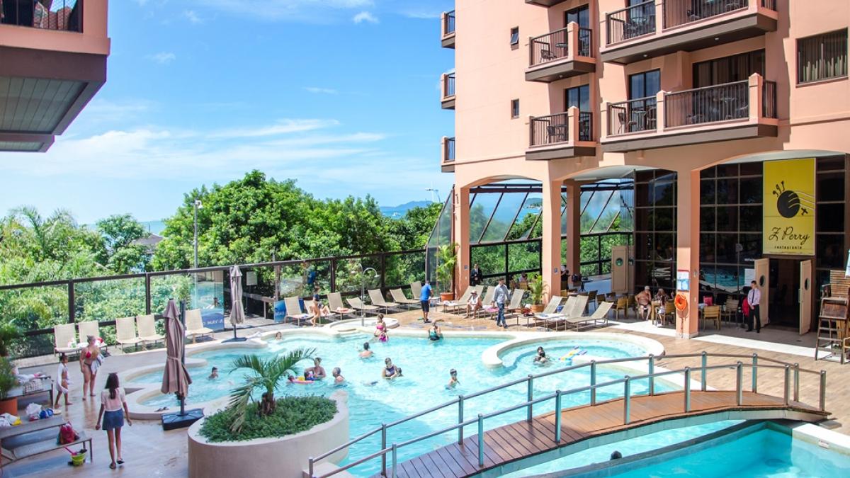 Com acesso à praia, o Jurerê Beach Village oferece piscinas, saunas, jacuzzi, sala de jogos e espaço kids. - Attahualpa Neto/Divulgação/ND