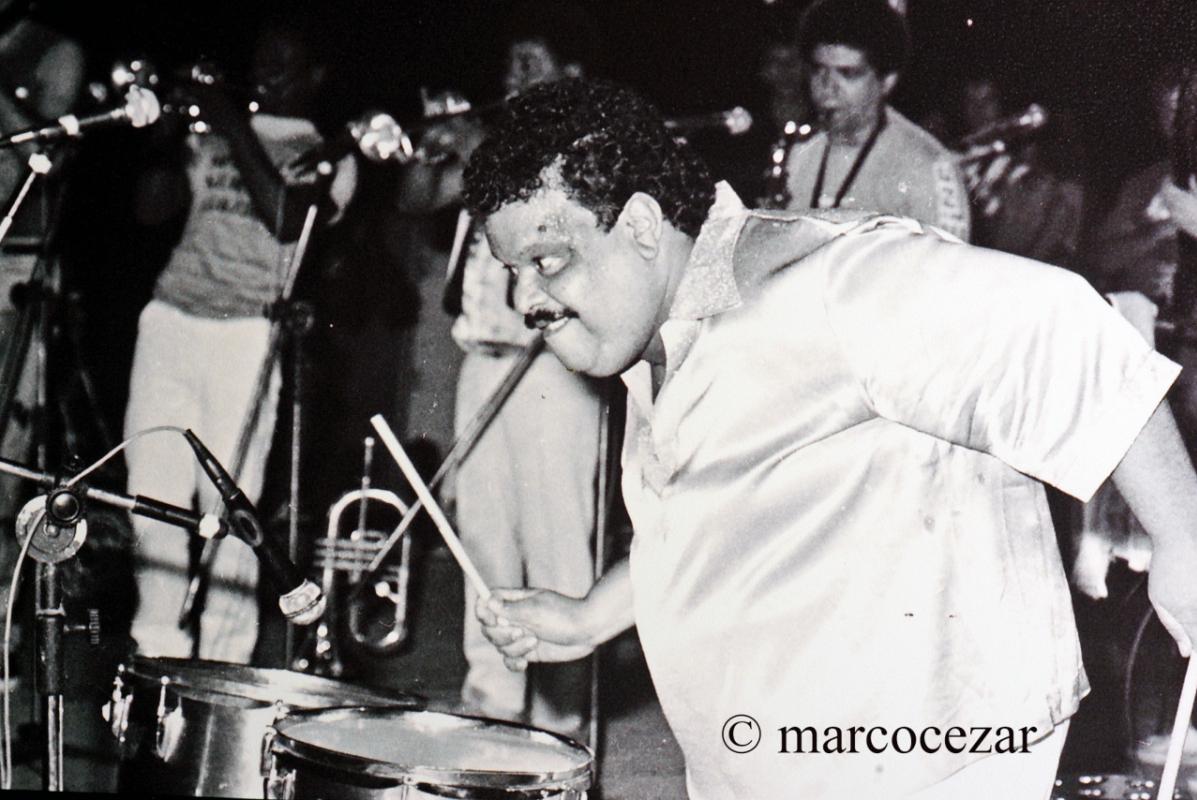 Tim Maia ajudando na percussão: a festa na Joaquina virava noite e dia - Marco Cezar/Mural