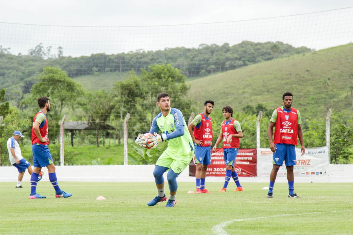 Léo Lopes [com a bola] goleiro criado na base do Avaí - Avaí FC/divulgação