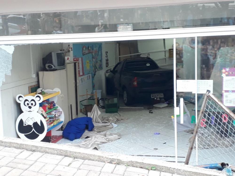 Carro invade creche no Bairro Efapi, em Chapecó - Diário do Iguaçu/Divulgação/ND