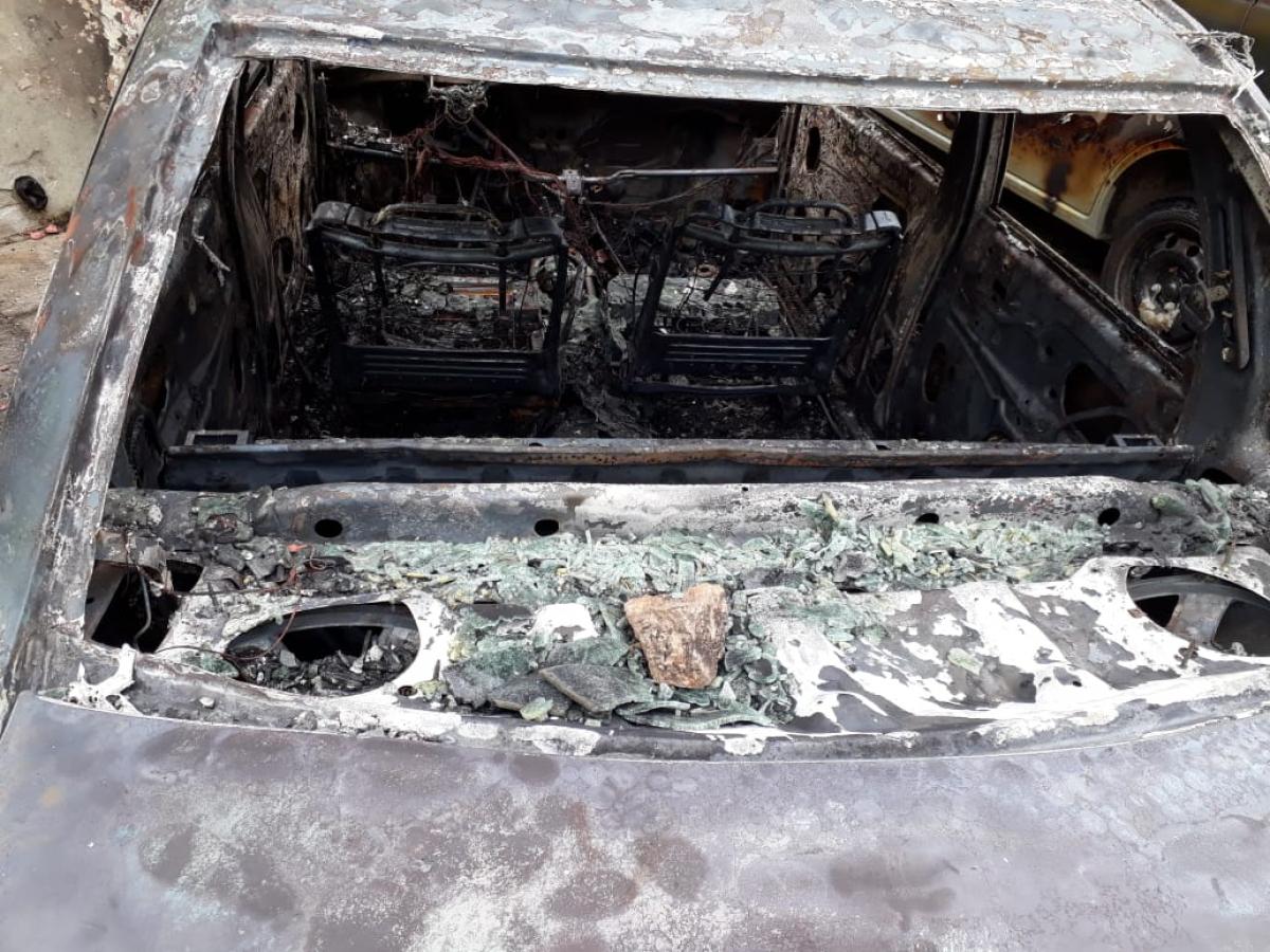 Policiais encontraram uma pedra que teria sido utilizada para quebrar os vidros de um dos carros - Divulgação/ND