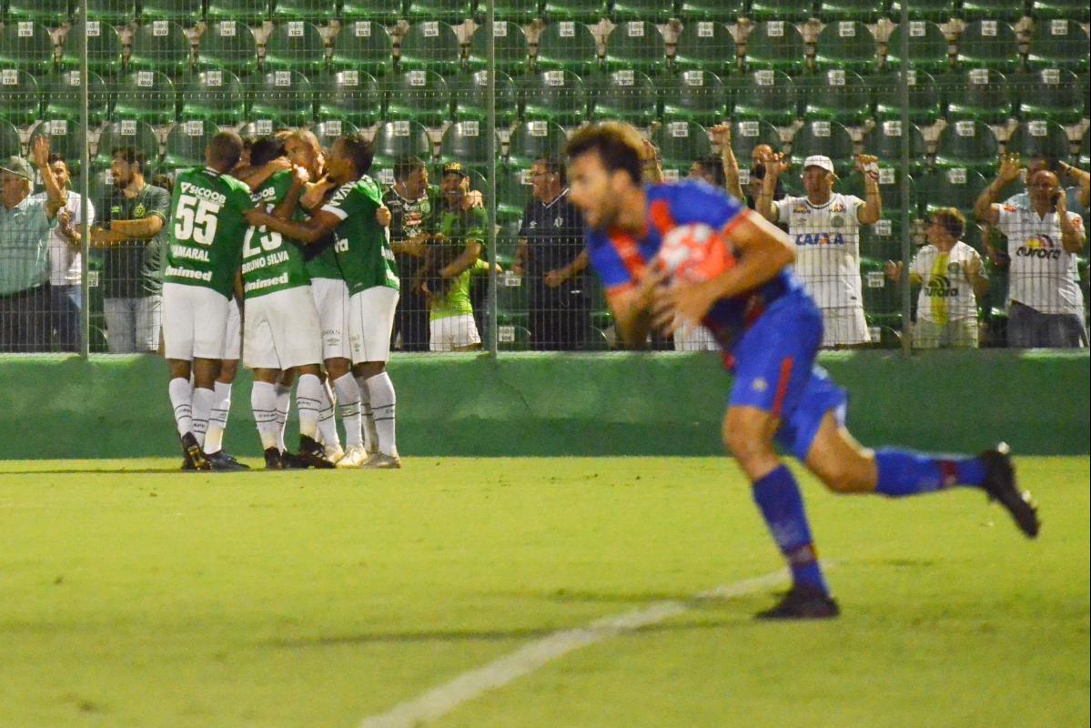 Jogadores da Chape comemoram, ao fundo, gol da vitória - TARLA WOLSKI/FUTURA PRESS/FUTURA PRESS/ESTADÃO CONTEÚDO/ND