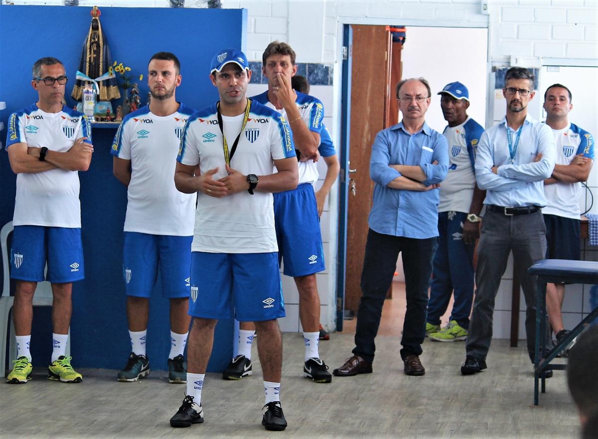 Preparador físico do Leão, Jaelson Ortiz, fala aos jogadores na reapresentação do Leão - André Palma Ribeiro/Avaí/ND