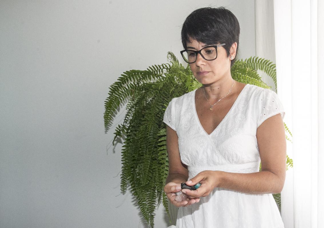 Camila Gonçalves Gomes, 38 anos, utiliza terapias naturais junto com a benzedura - Marco Santiago/ND
