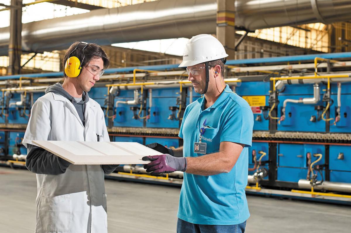 Profissionais da empresa na linha de produção: segurança no trabalho é primordial - Divulgação/ND