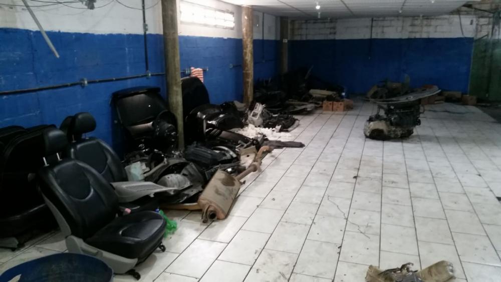 Agentes encontram várias peças de carros que seriam furtadas - Divulgação/ND