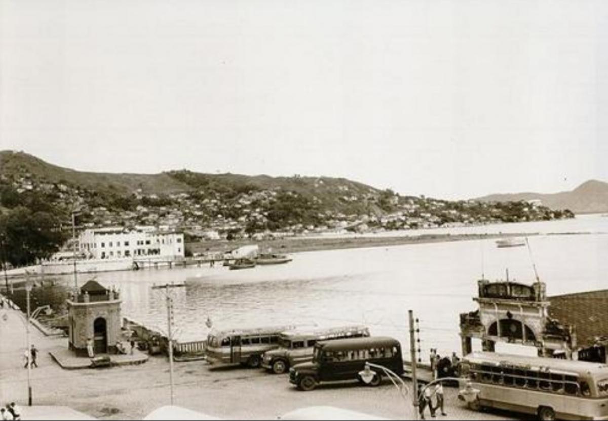 Um dos pontos de ônibus que se espalhavam pelo Centro na década de 1950, entre a Praça Fernando Machado e o Miramar - Acervo Carlos Damião