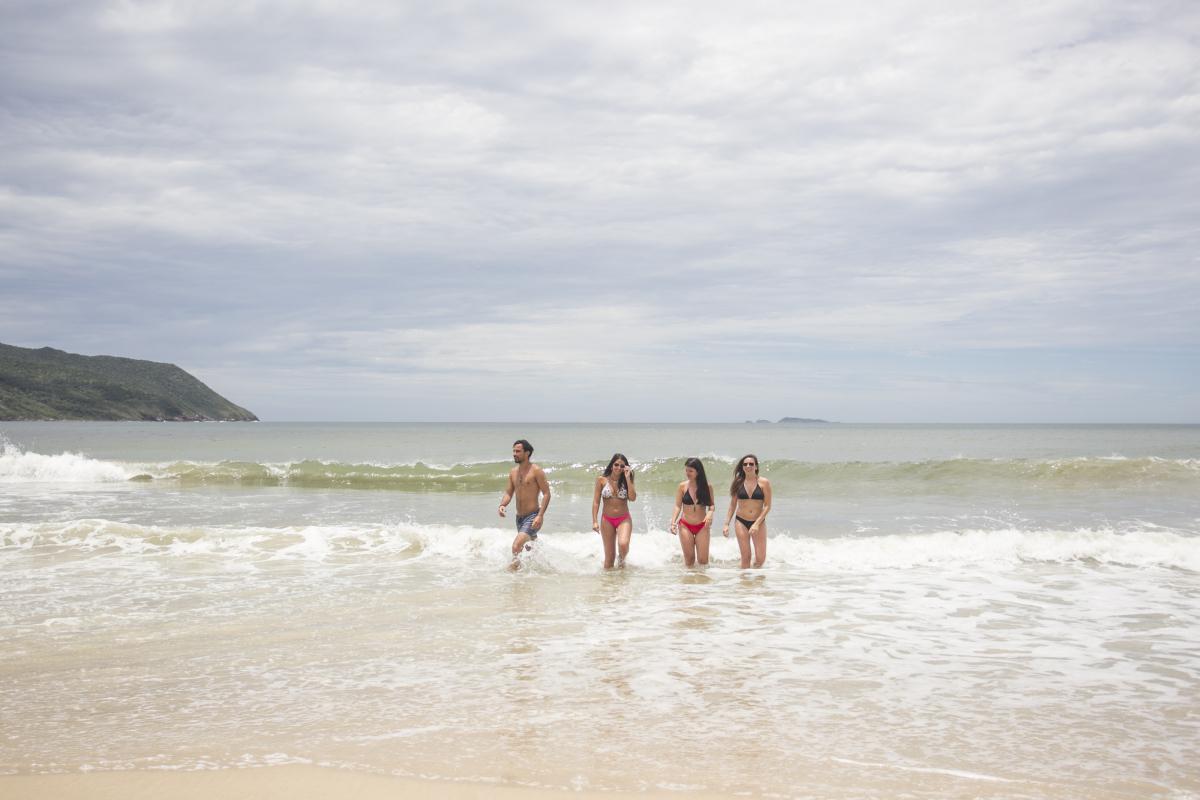 Uruguaios aproveitam o banho de mar em água limpas na Solidão - Foto: Marco Santiago/ND