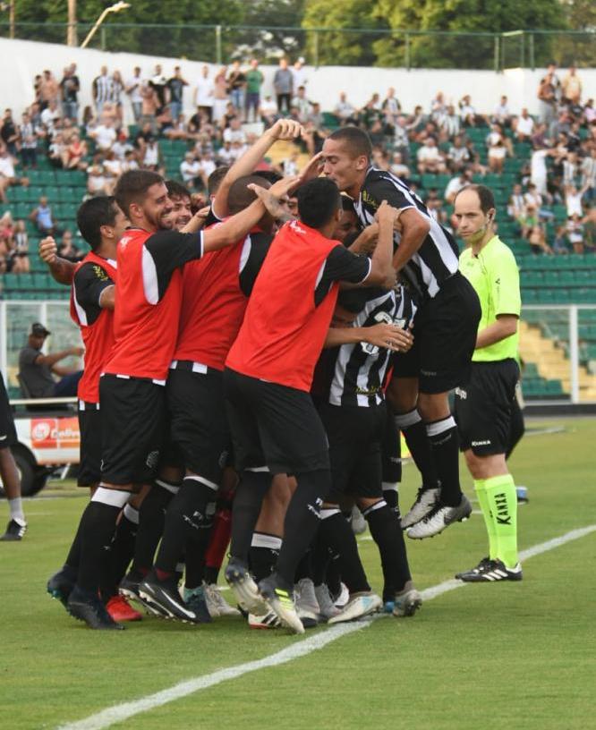 Grupo do Figueirense comemora o gol de Matheuzinho - Hermes Bezerra/FFC/divulgação
