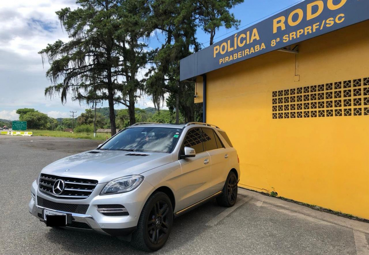 O veículo SUV Mercedes-Benz foi emplacado em Florianópolis - PRF/Divulgação/ND