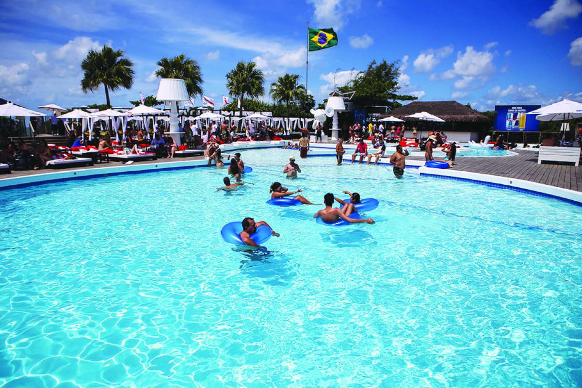 O P12 une piscina, gastronomia, drinks, shows e também tem acesso à praia.  - Lucas Moço/Divulgação/ND