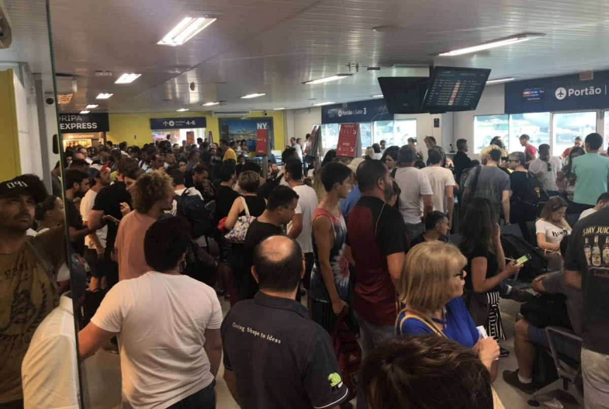 Foto publicada no Twitter por Eduardo Bolsonaro mostra sala de embarque do aeroporto de Florianópolis lotada - Eduardo Bolsonaro/Divulgação/ND