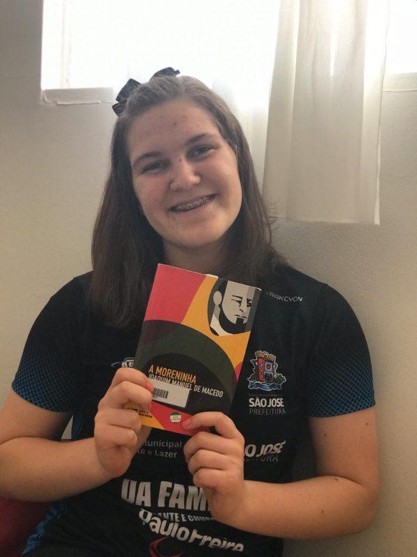 Thais Michelle Petry Hoffmann, de 16 anos, ganhou o 1º lugar no Prêmio Estrela da Leitura 2019 na categoria Empréstimo de Livros – Foto: Arquivo Pessoal/ND