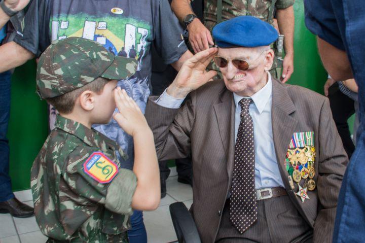 Garoto Felipe Oechsler Baptista, representando o futuro, com o veterano Alcides Basso – Divulgação Exército Brasileiro