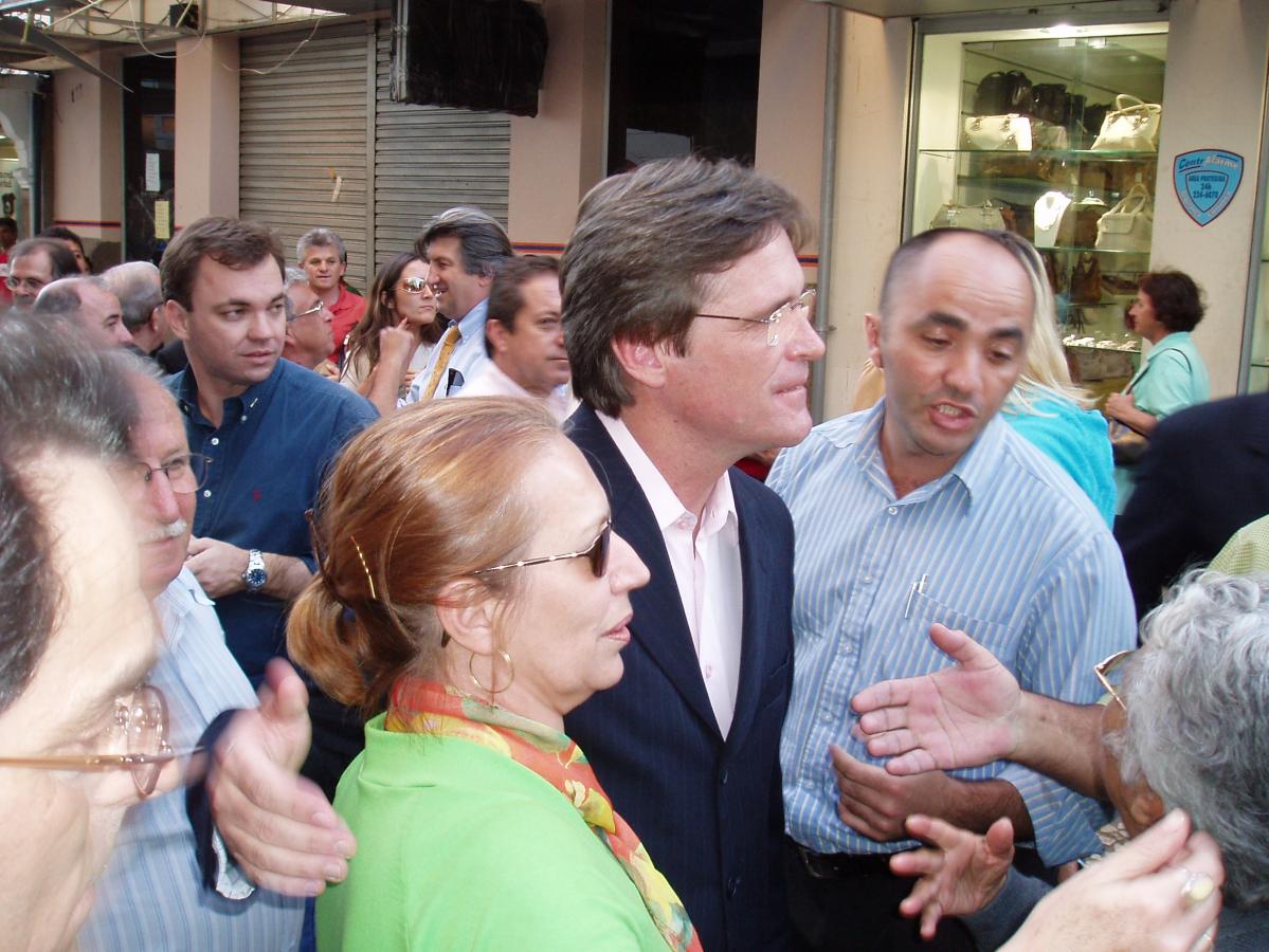 Então prefeito Dario Berger (mais à esquerda o atual, Gean Loureiro), na reinauguração festiva do espaço, em 2005 - Carlos Damião