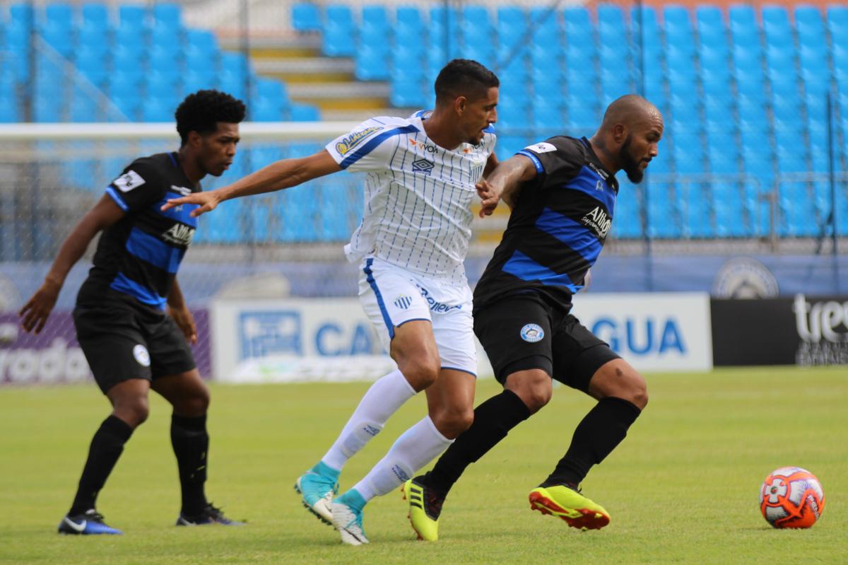 Daniel Amorim marcou duas vezes na vitória por 3 a 1 fora de casa - William Lampert/C. A. Tubarão/Divulgação/ND