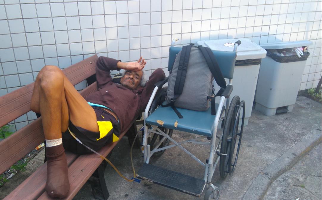 Edésio dos Santos Thédiga, 63, preferiu esperar do lado de fora por conta do mau cheiro dos banheiros - Andréa da Luz/ND