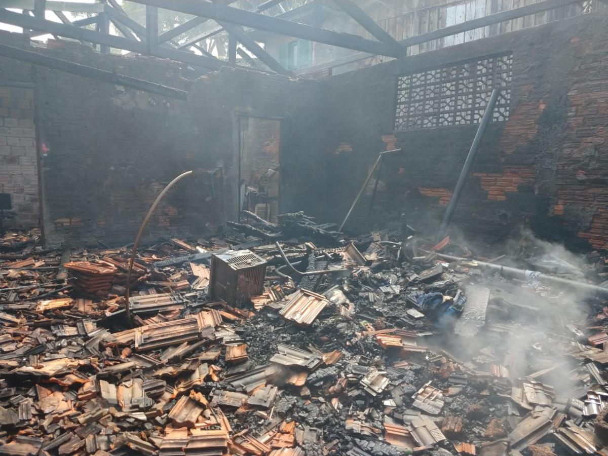 Casa foi totalmente destruída pelo fogo - Corpo de Bombeiros/Divulgação/ND