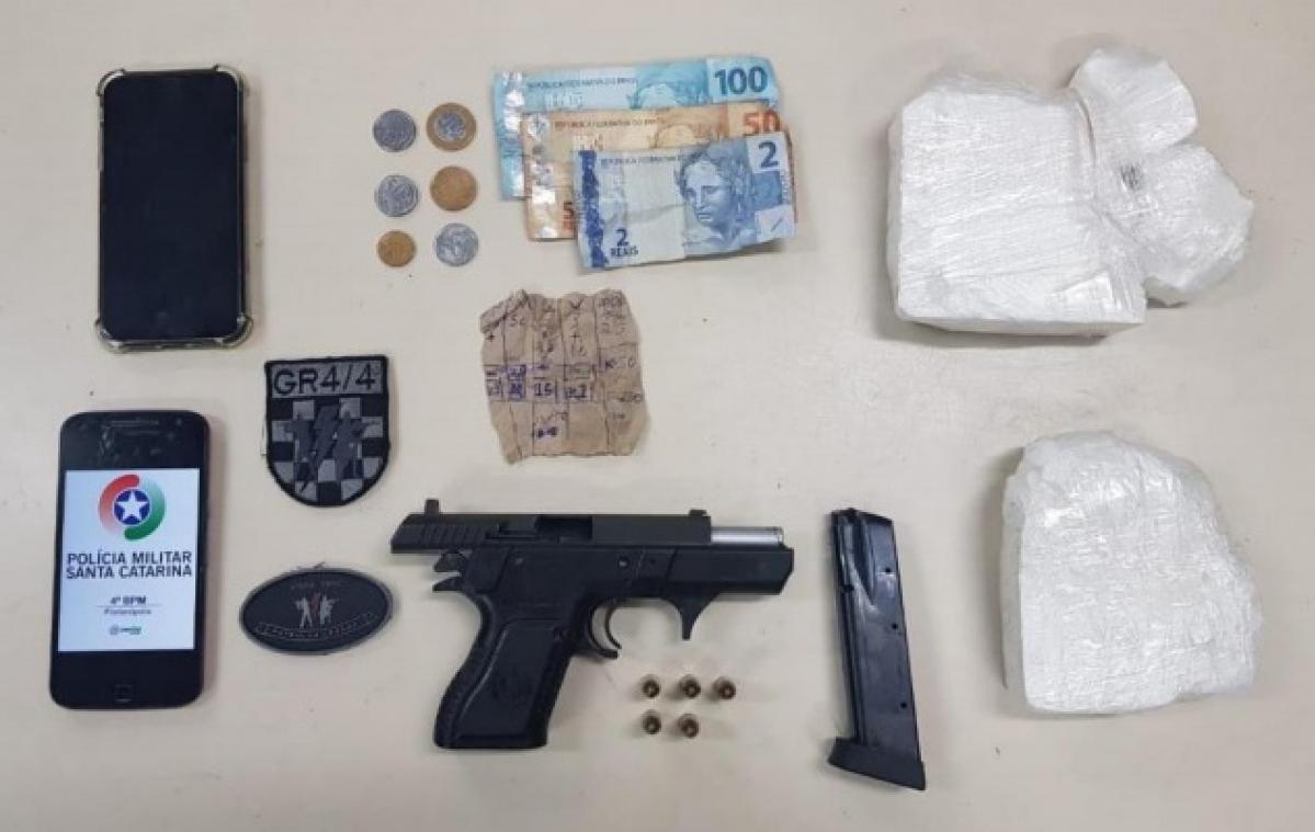 Pasta base de cocaína, dinheiro, pistola e munições foram apreendidas - Polícia Militar/Divulgação/ND