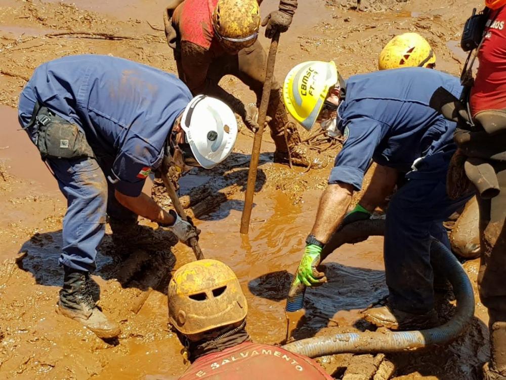 Bombeiros reforçaram buscas por corpos em meio a lama em Brumadinho - Divulgação/ND