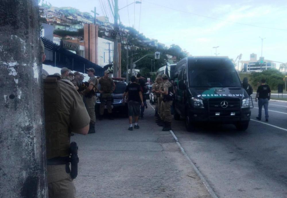Policiais militares e civis integram a Operação Mãos Dadas, no Morro do Mococó, nesta terça - Keyla Xavier/RICTV/ND