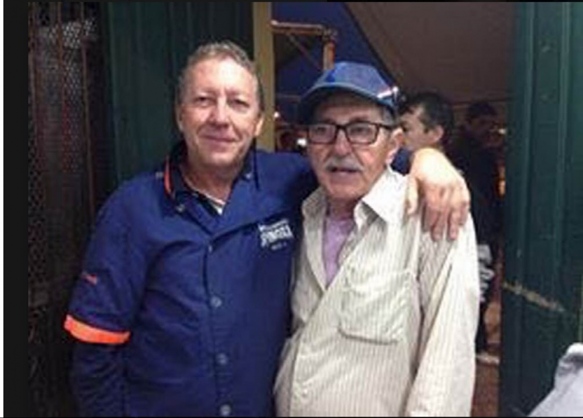 Alvim (direita), com o cliente e amigo Caco Bastos - Reprodução
