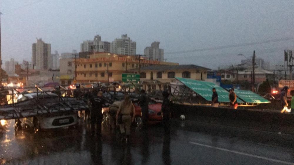 Placa atingiu veículos na BR-101, em São José - Divulgação/ND