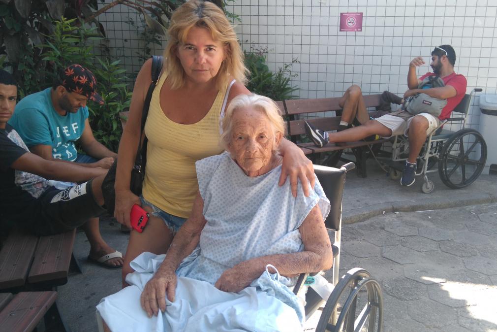 Maurina Ferreira Justino, 81 anos, aguardava na cadeira de rodas o resultado dos exames há seis horas - Andréa da Luz/ND