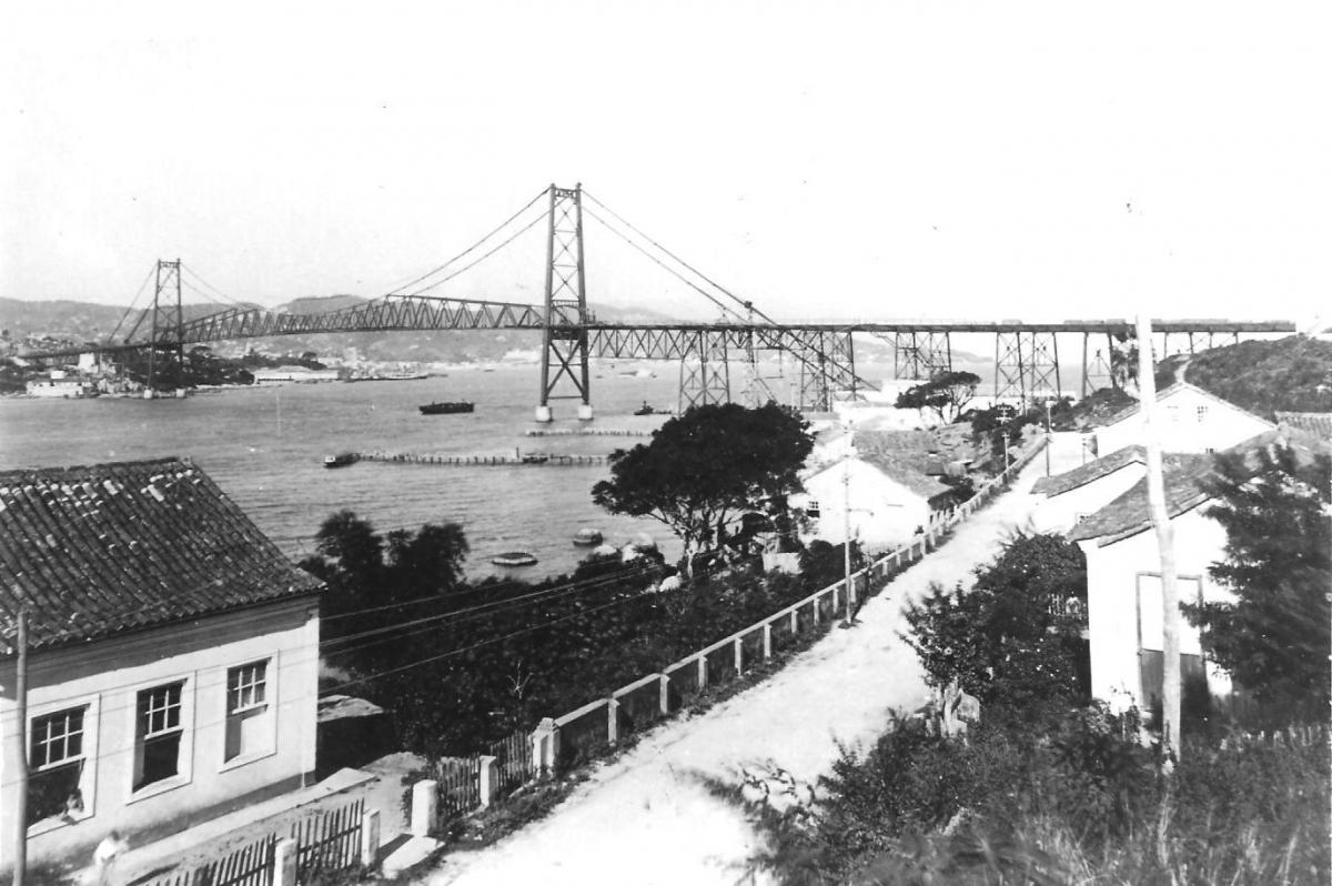 Ponte Hercílio Luz vista do Estreito, em registro da década de 1950: fator de integração - Acervo Carlos Damião