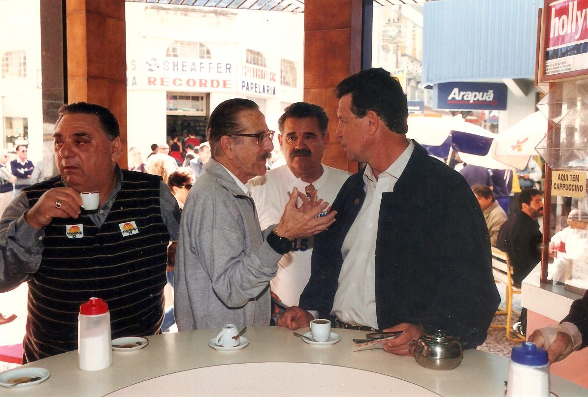 O ex-prefeito Edison Andrino (PMDB), de jaqueta escura, em campanha para a prefeitura, em 1996: balcão político por excelência - Acervo Carlos Damião