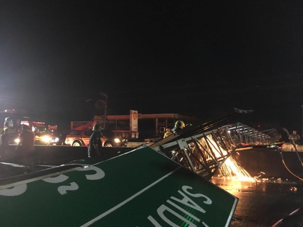Placa caiu na BR-101, em São José - Diogo de Souza/ND