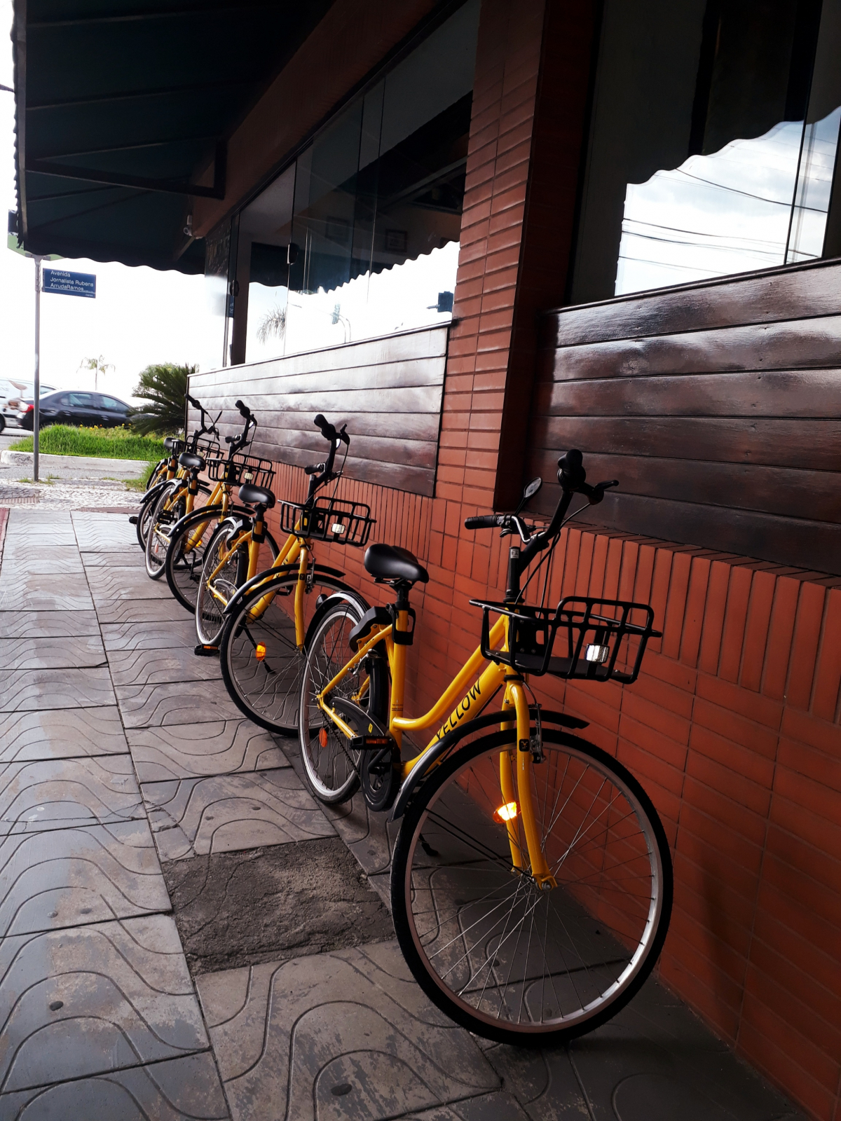 No início, as bicicletas ficavam na porta de uma pizzaria. Mas o estabelecimento conseguiu que elas fossem removidas para a calçada lateral - Carlos Damião