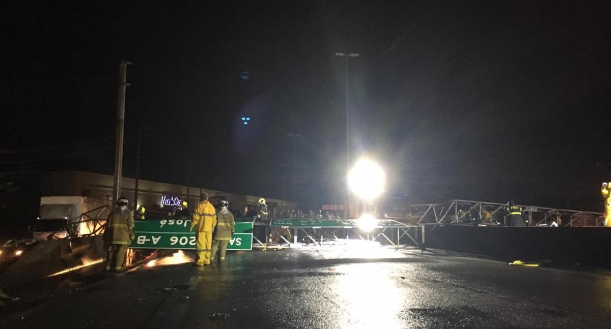 Estrutura metálica bloqueou o trânsito na BR-101, em São José - Diogo de Souza/ND