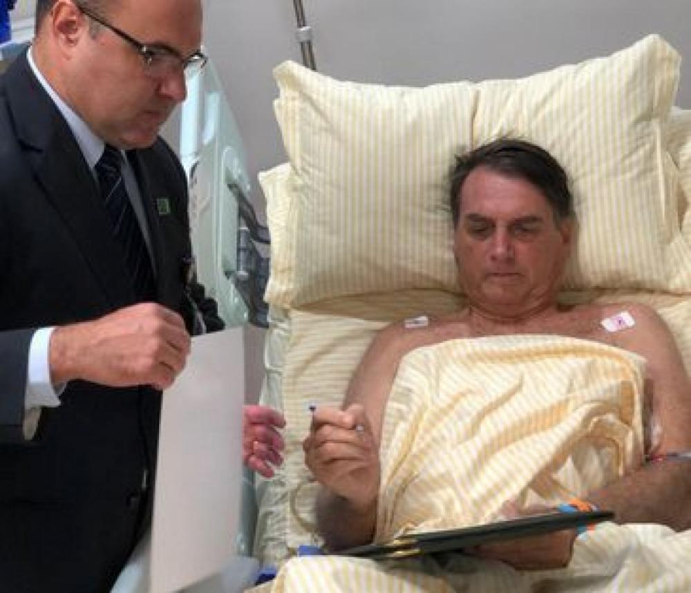 O presidente Jair Bolsonaro assina decretos no hospital - Presidência da República/Divulgação/ND
