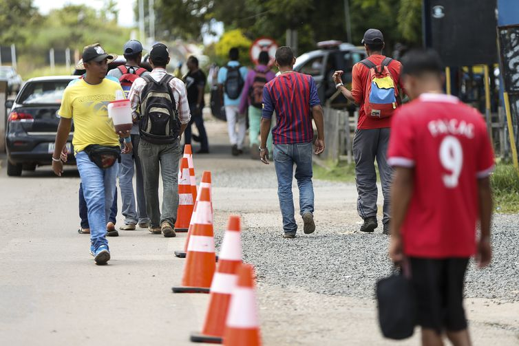 Imigrantes venezuelanos cruzam a fronteira com o Brasil. – Foto: Marcelo Camargo/Agência Brasil/ND