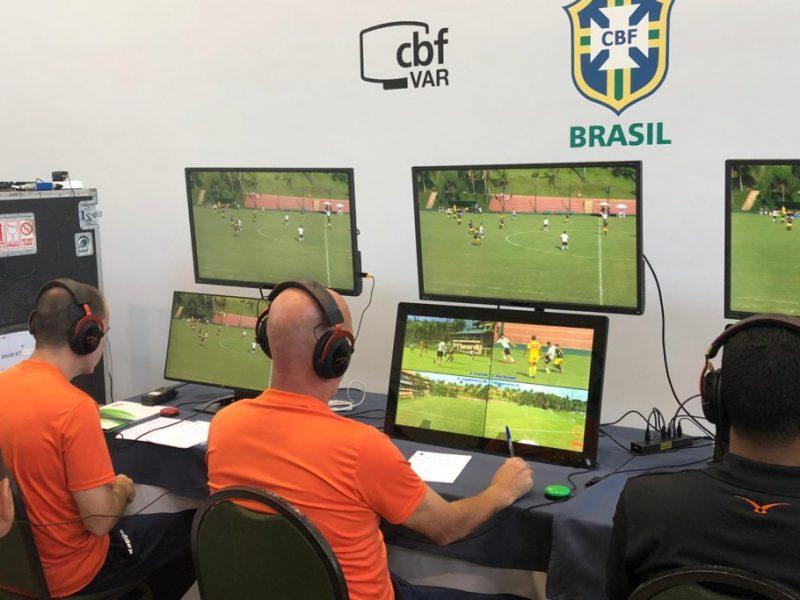 """VAR deu problema com """"linhas descalibradas"""" e a decisão do campo acabou valendo na partida entre Vasco e Internacional neste domingo (14) pelo Campeonato Brasileiro 2020 – Foto: Matheus Meyohas/CBF/ND"""