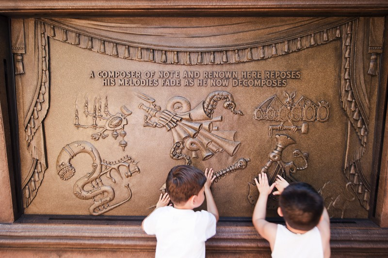 A Haunted Mansion é uma das atrações imperdíveis do Magic Kingdom. Apesar de ser antigo, o brinquedo encanta pessoas de todas as idades. Ainda na fila, os visitantes já começam a sentir as