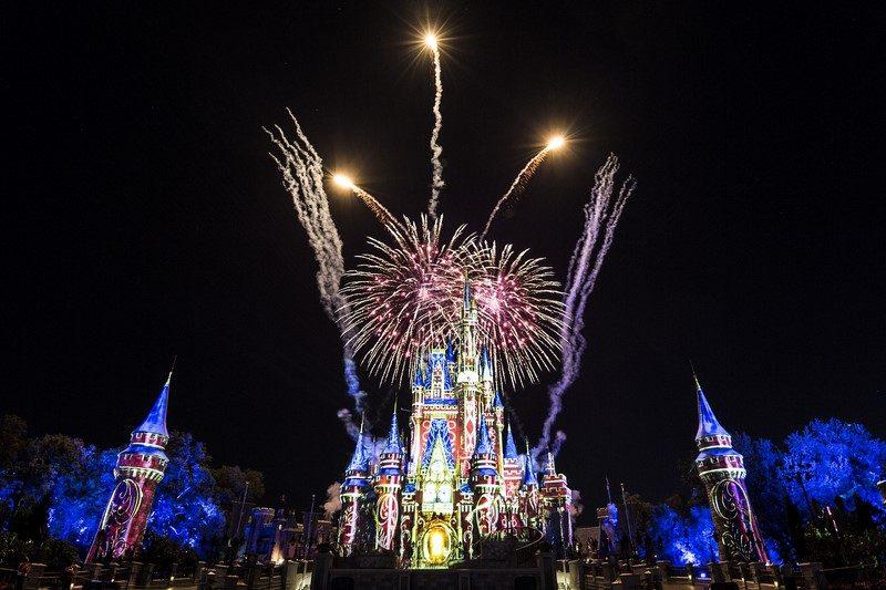 """Em 2017, o famoso show Wishes, que ficou anos em cartaz no Castelo da Cinderela, foi substituído pelo Happily Ever After. A atração logo conquistou o público com projeções que incluem animações mais recentes, como """"Frozen - Uma Aventura Congelante"""" (2013) e """"Moana: Um Mar de Aventuras"""" (2016). De quebra, é impossível não curtir a pirotecnia e sincronia dos fogos de artifício - Divulgação - Divulgação/Rota de Férias/ND"""