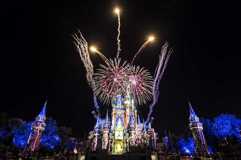 Em 2017, o famoso show Wishes, que ficou anos em cartaz no Castelo da Cinderela, foi substituído pelo Happily Ever After. A atração logo conquistou o público com projeções que incluem animações mais recentes, como