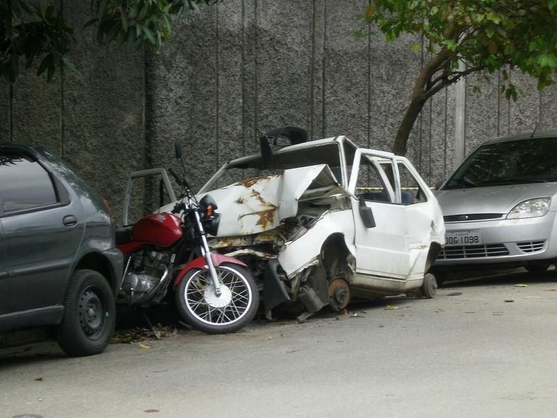 Fiat Uno sofreu algum acidente antes de ser deixado nas ruas - Foto: Blog do Mílton Jung via VisualHunt.com / CC BY - Foto: Blog do Mílton Jung via VisualHunt.com / CC BY/Garagem 360/ND