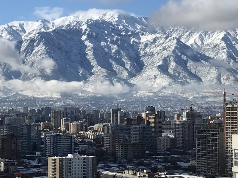 Cercada por montanhas, a capital Santiago é uma das portas de entrada para quem quer explorar o Chile. Vale a pena passar alguns dias na cidade e conhecer suas principais atrações - Infozeus on Visual Hunt / CC BY-NC-SA - Infozeus on Visual Hunt / CC BY-NC-SA/Rota de Férias/ND