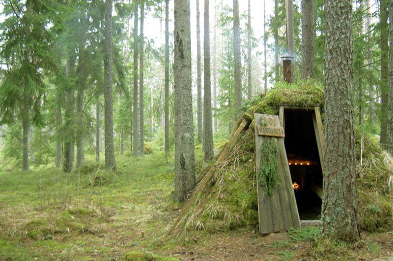 Localizado em Skinnskatteberg, na Suécia, o hotel Kolarbyn Ecolodge oferece cabanas simples construídas no meio da floresta. Com o objetivo é se conectar com a natureza, as acomodações não contam com eletricidade, chuveiros e itens de