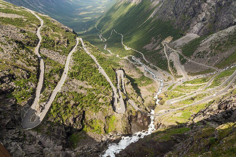 A rodovia de Trollstigen, na Noruega, já é um show vista de longe. Durante o trajeto, o viajante passa por mirantes, cachoeiras e grandes paredões rochosos. Um espetáculo! - Tristan Taussac via Visualhunt.com / CC BY-ND - Tristan Taussac via Visualhunt.com / CC BY-ND/Rota de Férias/ND