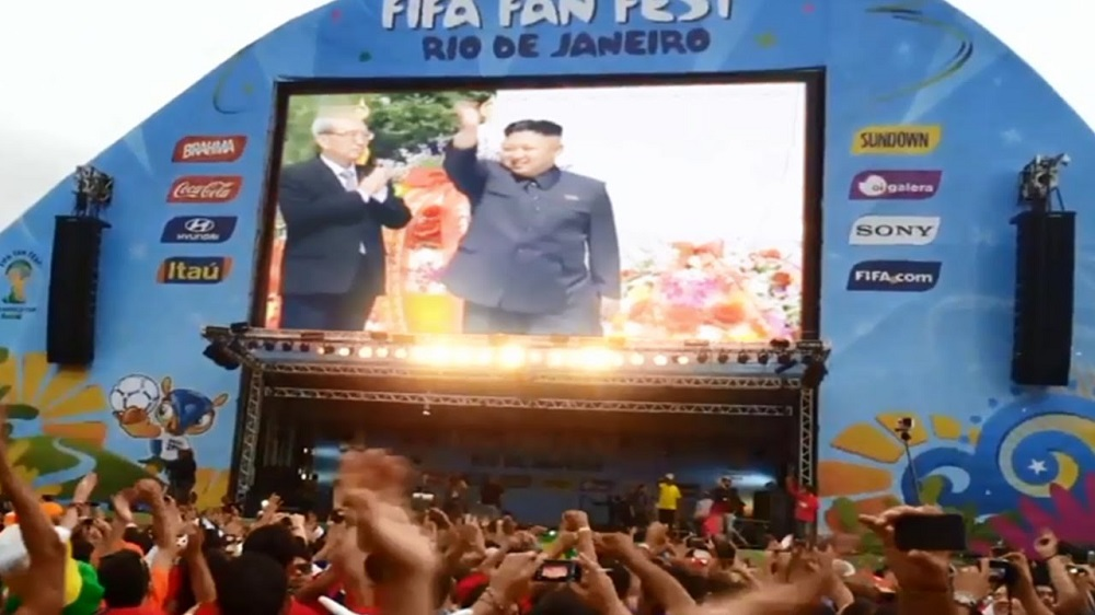 Coreia do Norte campeã mundial: A Coreia do Norte é vencedora da Copa do Mundo 2014. Com uma campanha perfeita, vencendo todos os jogos, o país conquistou o tão cobiçado troféu, para a alegria dos seus habitantes. Tal notícia foi divulgada pelo canal Korea News Backup, do YouTube. A ideia de que Kim Jong-un estava manipulando sua população logo se espalhou pelo mundo. Entre os jornais que divulgaram o escândalo estavam O Globo, Metro UK e The Wall Street Journal. Mas tudo não passou de uma brincadeira do site Não Salvo e seu criador Maurício Cid. - Crédito: Reprodução Internet/33Giga/ND