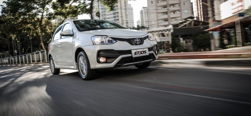 Toyota Etios: 32 psi nos pneus dianteiros e 29 psi nos pneus traseiros - Foto: Divulgação - Foto: Divulgação/Garagem 360/ND