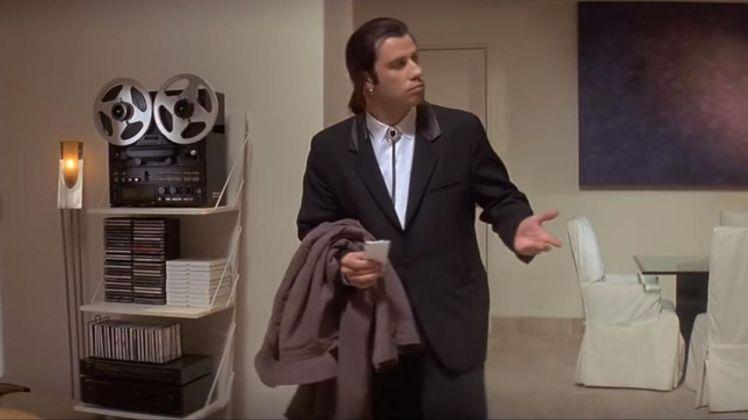 """Confused John Travolta – A cena retirada do filme Pulp Fiction mostra um confuso Vincent Vega, personagem de John Travolta. O meme ganhou os holofotes em 2015 quando um usuário do Imgur usou o GIF para mostrar a dificuldade que ele enfrentava para comprar um presente para sua filha. A partir daí, Travolta foi retirado do contexto original para """"viver"""" diversas situações. - Crédito: Reprodução Internet/33Giga/ND"""